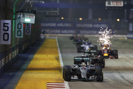 Marina Bay Circuit, Singapore. Sunday 20 September 2015. Lewis Hamilton, Mercedes F1 W06 Hybrid, leads Nico Rosberg, Mercedes F1 W06 Hybrid at the restart. World Copyright: Steven Tee/LAT Photographic. ref: Digital Image _L4R1018