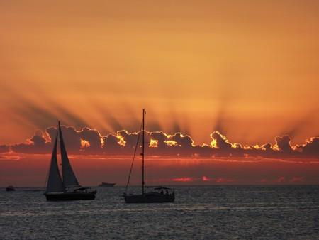 Sunset Sailing | © paulCIA / Flickr