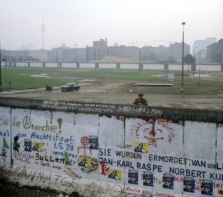 1020px-Berliner_Mauer,_ostdeutscher_Grenzer_beobachtet_Räumung_des_Kubat-Dreieck