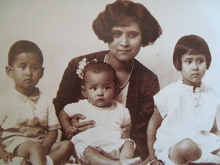 800px-Mom_Sangwal_and_children