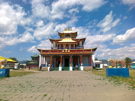 1200px-Tsogchen-dugan._The_main_cathedral_church_of_the_Ivolginsky_datsan
