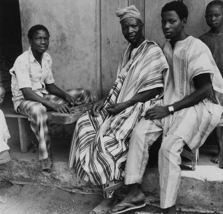625px-COLLECTIE_TROPENMUSEUM_Een_Yoruba_man_en_jongens_poseren_tijdens_een_mancala_spel_TMnr_20016857