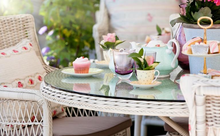 Afternoon tea and cakes in the garden ©Simon Bratt / Shutterstock