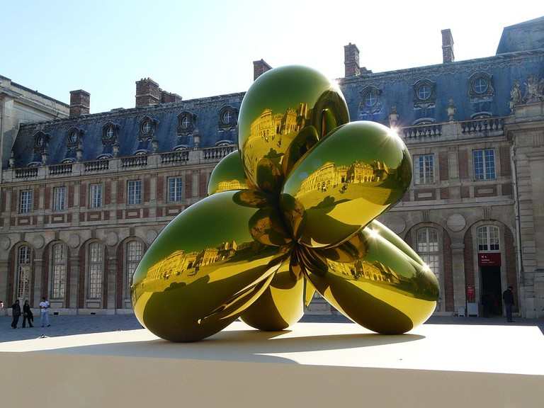 Balloon Flower by Jeff Koons Cour du Chateau de Versailles - panoramio | © bigup21/WikiCommons