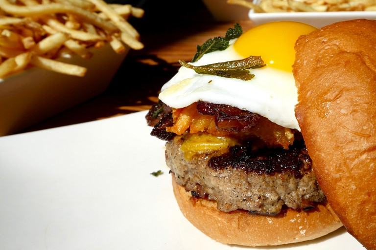 The Alton Burger at Umami Burger   © Jun Seita/Flickr