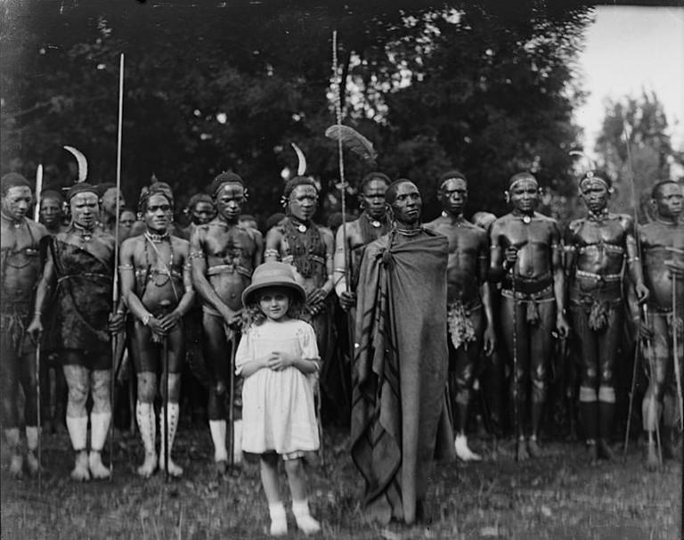 Alice Sheldon with Kikuyu people |© Julie Phillips/Wikimedia Commons