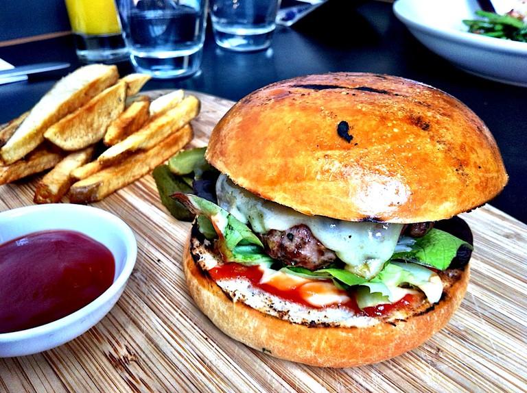 Burger and chips | © Katherine Lim/Flickr