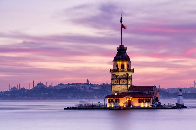 Maiden's Tower   © Mehmet Cetin/Shutterstock