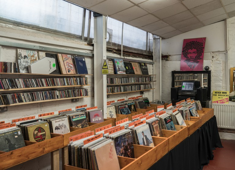 Various 60's.70's,80's vintage vinyl for sale in a second hand record store| © Marbury/Shutterstock