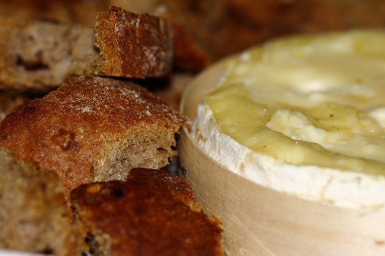 Camembert and Bread |© Mark Tighe / Flickr