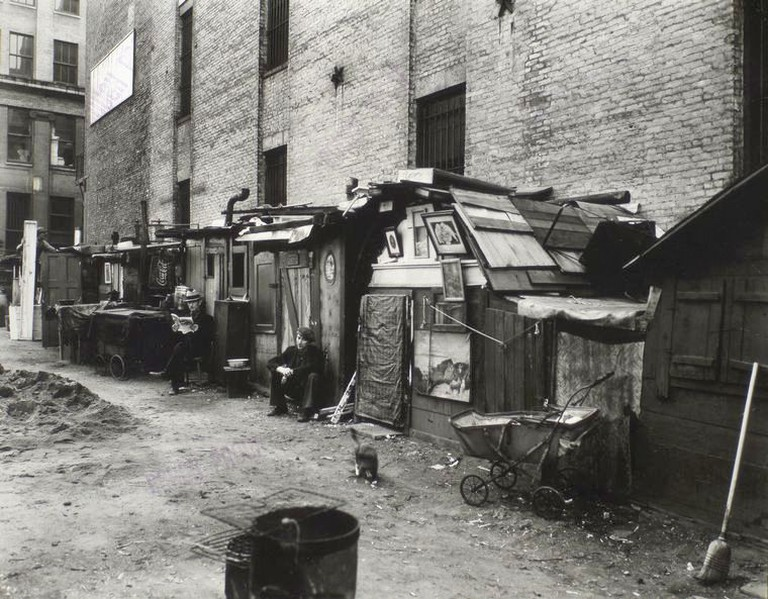 Huts and unemployed in West Houston and Mercer St by Berenice Abbott in Manhattan in 1935 | © Berenice Abbott/WikiCommons
