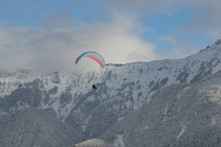 Paragliding Over Interlaken | © Tim Sheerman-Chase/Flickr