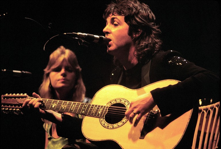 McCartney performing with wife Linda in 1976 | © Jim Summaria/WikiCommons