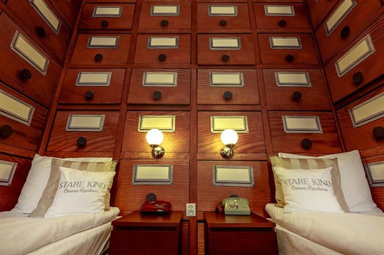 hotel_lodz_cinemahotel_apartament_kingsajz3_1  Courtesy of the Stare Kino Cinema Residence