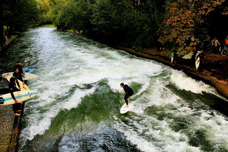 Surfing on the Eisbach | © Underclass Hero/Wiki Commons