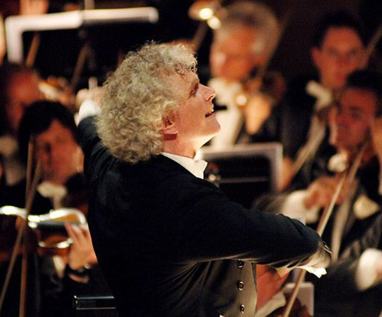 Sir Simon Rattle conducting the Berlin Philharmonics © Reinhard Kraasch/WikiCommons
