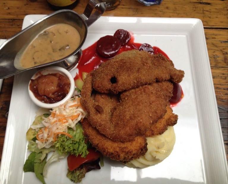 Schnitzel_platter [ © Querty Binary/Wikimedia]