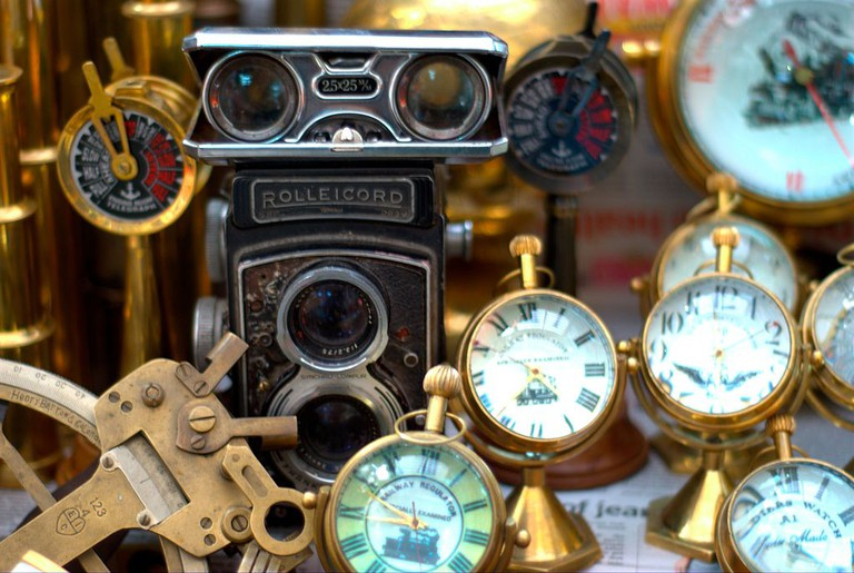 Antiques on sales | © ghoseb/WikiCommons