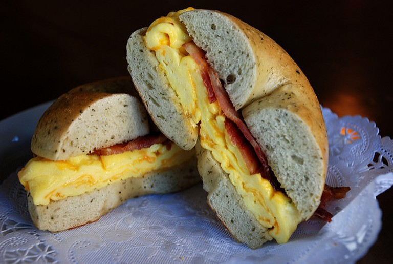 Egg, bacon and cheese bagel | © Lara604/Flickr