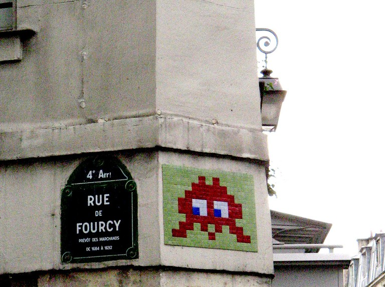 Space Invader on Rue de Fourcy | © John Althouse Cohen/Flickr