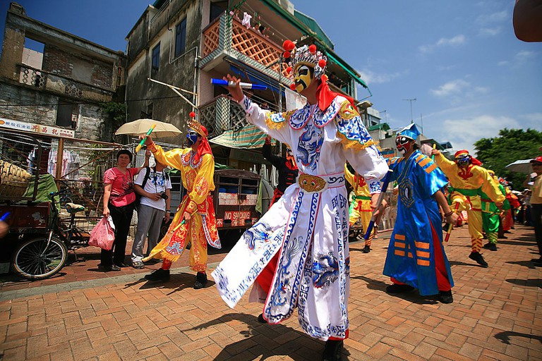 Cheung Chau Bun Festival Flying Colours Parade © Laszlo Ilyes, wikicommons