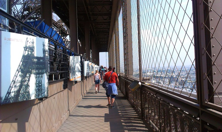 Paris_Eiffel_Tower_First_floor_visitors_01a,_29_August_2013 (1)