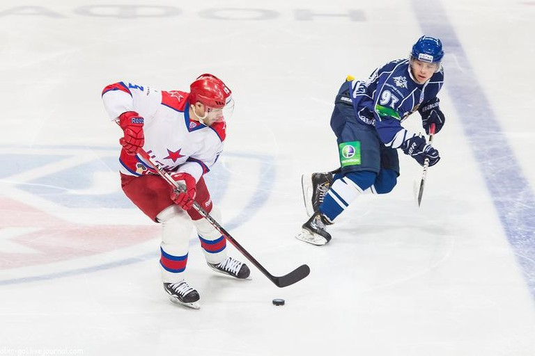 Datsyuk and Gusev locked in a battle for the puck| © Alexander Golovko \ Wikicommons