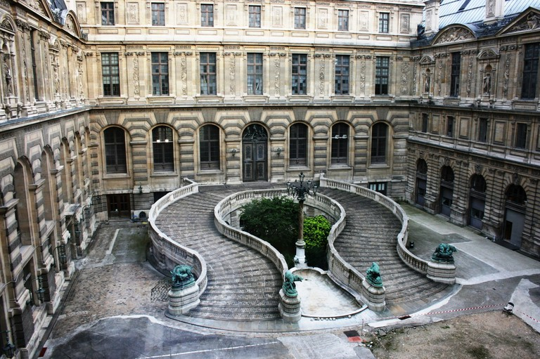 Get lost in Paris - Louvre Paris © Pixabay