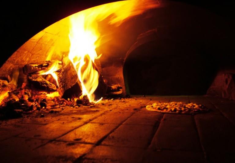 A Wood Burning Brick Oven | © Lotus Head/WikiCommons