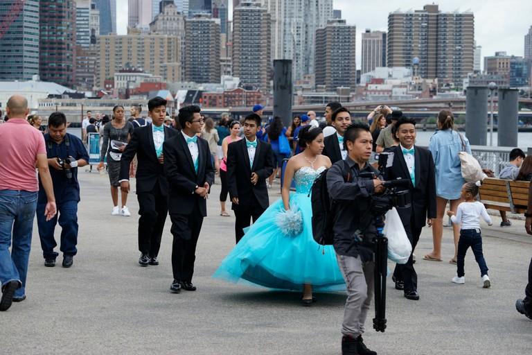 A quinceañera at Brooklyn Bridge Park | © Dan M. Lee Photography