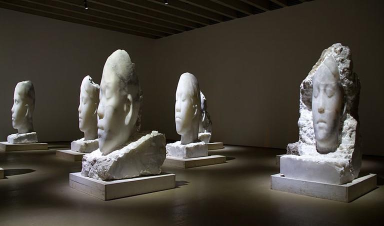 Alabaster Heads by Jaume Plensa   © Tony Hisgett/Wikicommons
