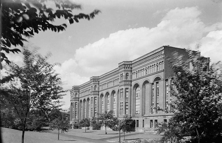 Royal_Ontario_Museum,_south_facade,_1922 | © James Salmon/WikiCommons