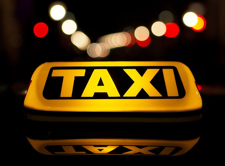 Taxi in the night traffic | © Petar Milošević / wikicommons