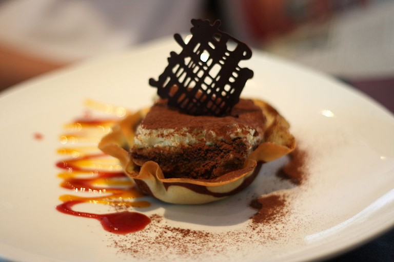 1024px-Tiramisu_served_in_a_pastry_shell