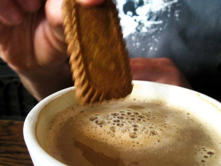 Dunking A Biscuit In Coffee|© Peter Morgan/WikiCommons