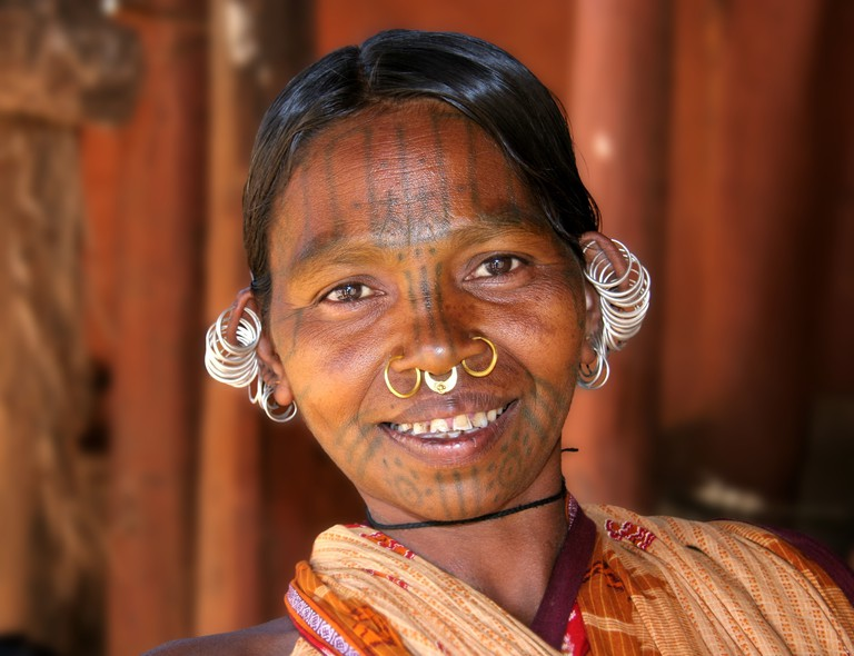 A Tribal Woman In India With Tattoos On Her Face | © PICQ, background blur by Samsara/WikiCommons