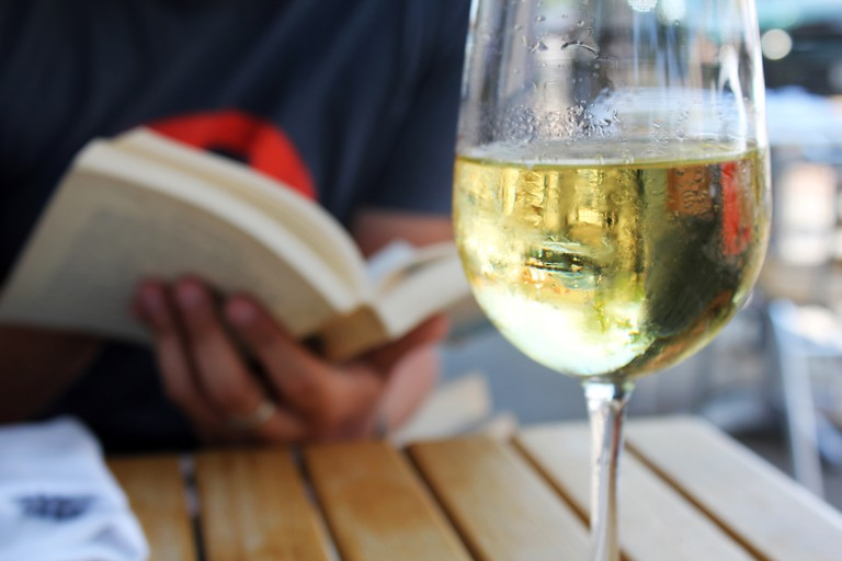 Reading and drinking: a match made in heaven | © Quinn Dombrowski/Flickr