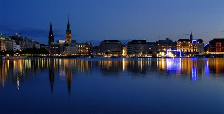 Hamburg by night via Wikicommons