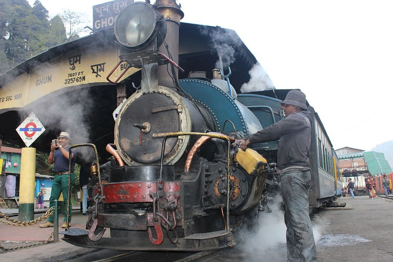 A Train of Darjeeling Himalayan Railway at Ghoom Station | © Pramanick/WikiCommons