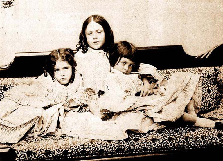 Alice Lidell and her sisters | © Alicefan / WIkiCommons