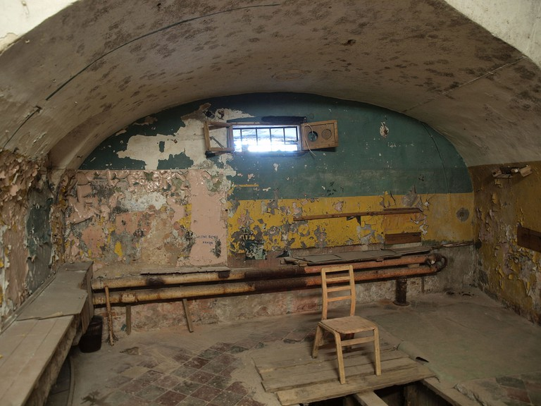 Hanging_room_at_Patarei_prison_in_Tallinn,_Estonia