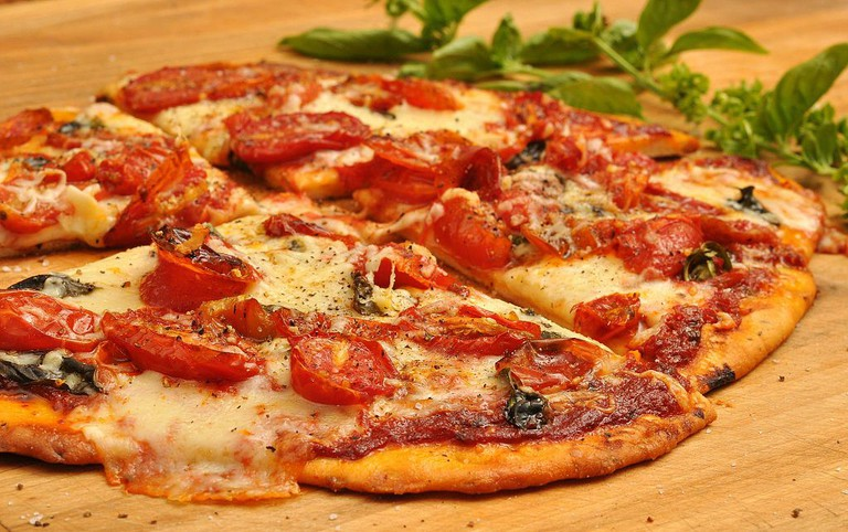 Pizza with tomatoes   © jeffreyw/WikiCommons