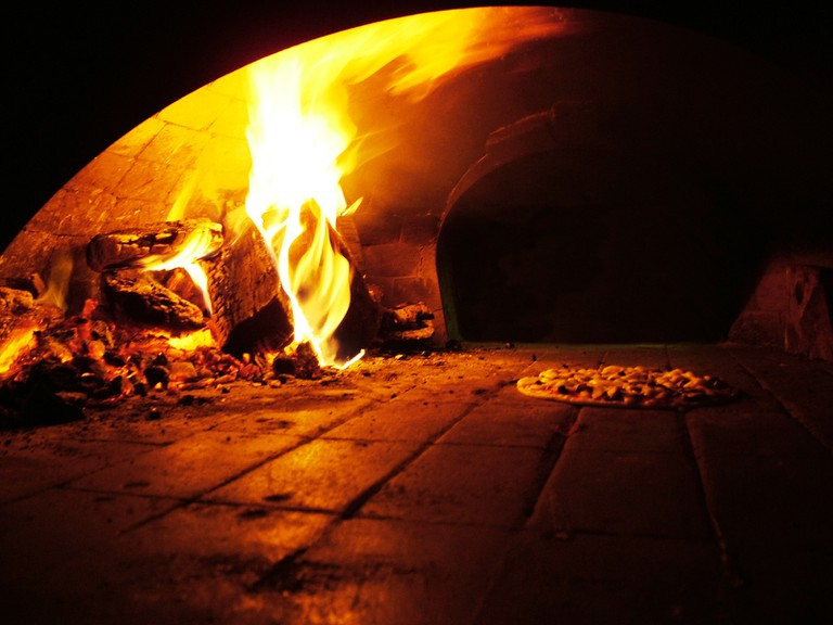 A typical wooden fire oven, one of the secret of a good pizza |© Lotus Head / WikiCommons
