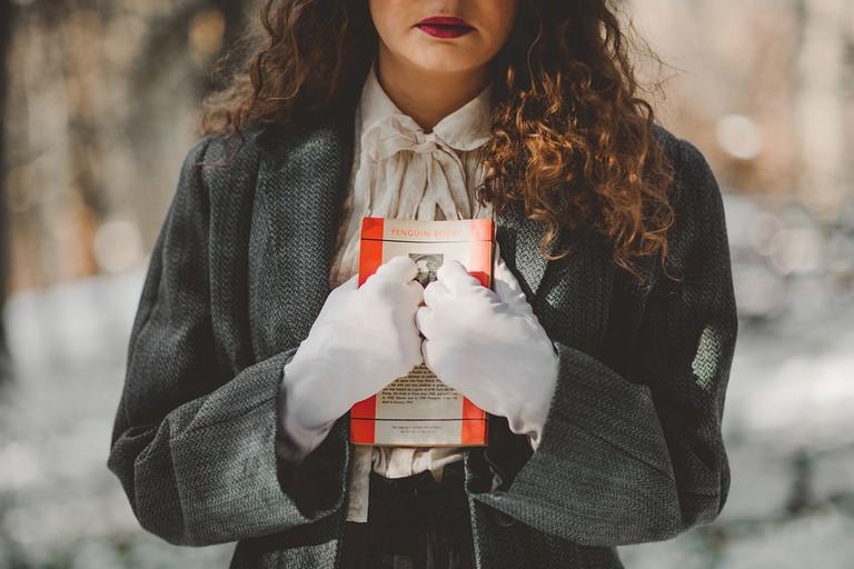 A girl holding a beloved book © Unsplash/Pixabay