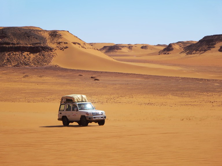 A car traversing the southern Sahara in Chad | © David Stanley/Flickr