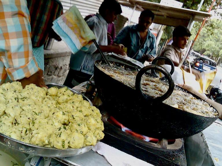 Piping hot vadas getting deep fried until crispy / ©Satish Krishnamurthy / Flickr