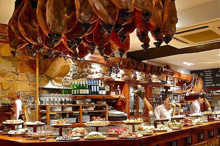 A pintxos bar in San Sebastian | © Sanfamedia / Flickr