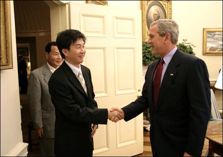 Chol-Hwan Kang meeting American Pres. GW Bush | © Eric Draper/WikiCommons