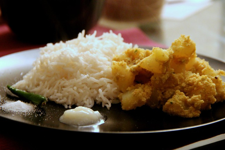 Aalu Posto Served With Rice, Ghee, Salt and a Chilly (C) WikiCommons