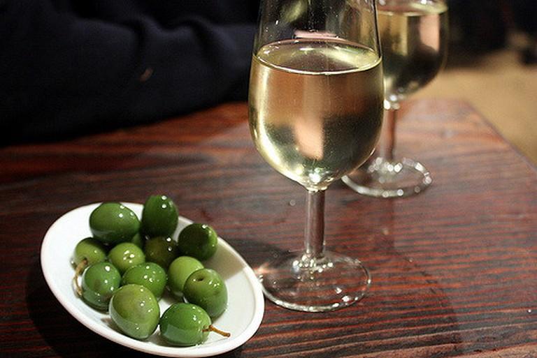 Green olives and manzanilla sherry | © Krista / Flickr